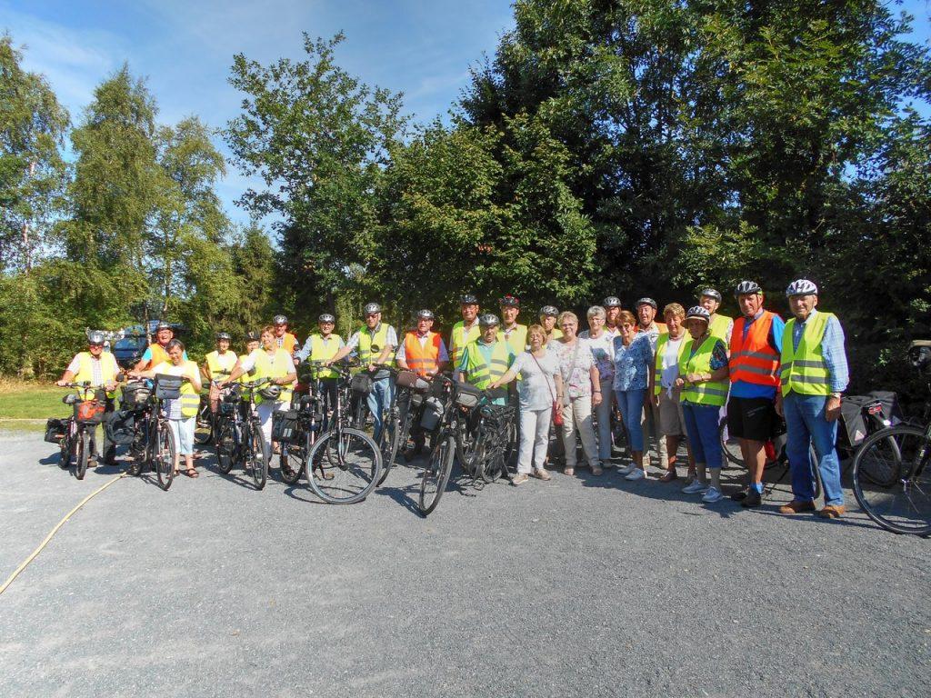 Feuerwehr-Altersgruppe Brelingen auf Radtour in die Landschaft Flotwedel.